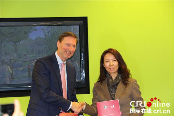中国野生动物保护协会斯萍与德国柏林市动物园园长安德里亚斯•克尼利姆合影