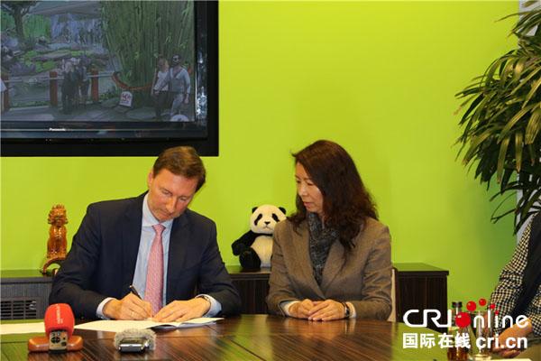 中国野生动物保护协会斯萍与德国柏林市动物园园长安德里亚斯•克尼利姆签署协议