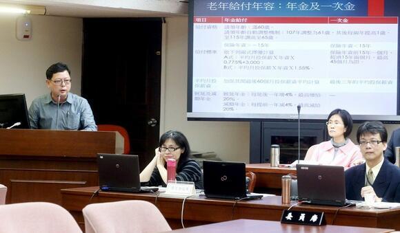 """""""立法院""""举行劳保年金制度改革公听会,台湾劳工阵线秘书长孙友联(左一)出席发表意见。"""