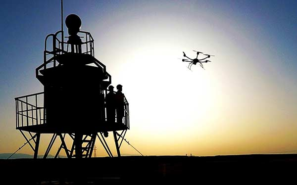 Border guards in the Xinjiang Uygur autonomous region direct a drone to patrol border areas in the region recently.ZHAO YONGFENG/CHINA DAILY