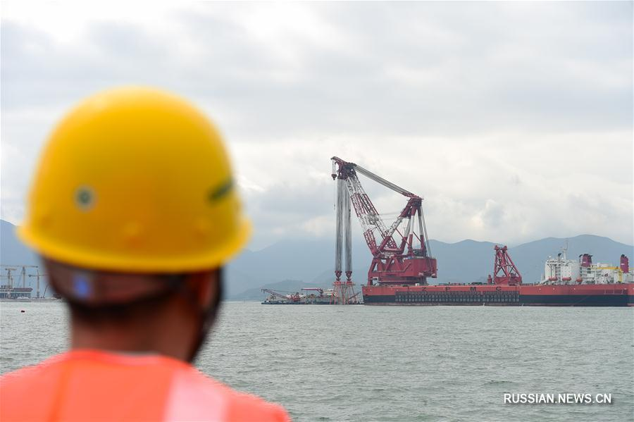 Гиганский плавучий кран на строительстве моста Сянган -- Чжухай -- Аомэнь