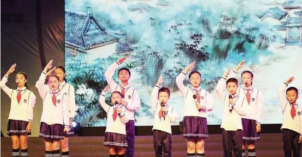 上一届湖里诵读节闭幕晚会上,孩子们表演配乐朗诵《中华少年诵》