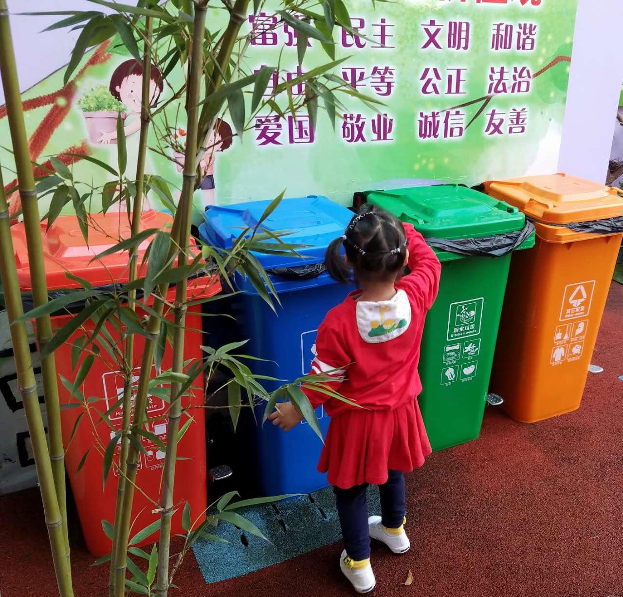 幼儿园普及垃圾分类,小朋友不仅认识不同颜色的垃圾桶,并且可以自主将
