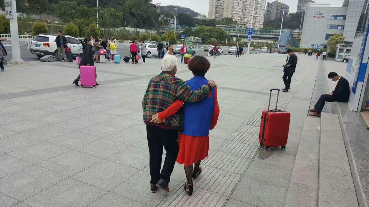 4月13日。志愿者在火车站南广场搀扶一位走路颤巍巍的老奶奶。