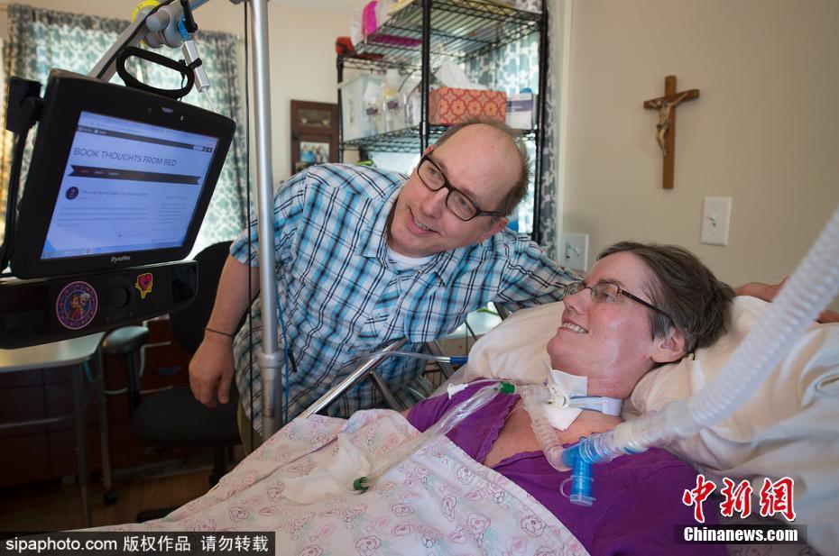 Michelle Melland, atteinte de SLA, utilise une technologie spéciale de suivi du regard pour rédiger des critiques littéraires.