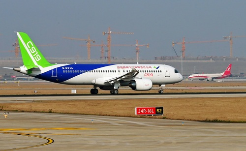 C919在浦东国际机场跑道滑行测试。
