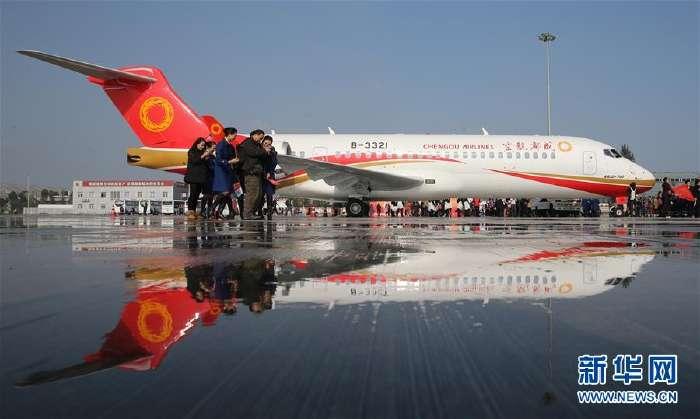 2015年11月29日,ARJ21停靠在成都双流国际机场。新华社记者 裴鑫 摄