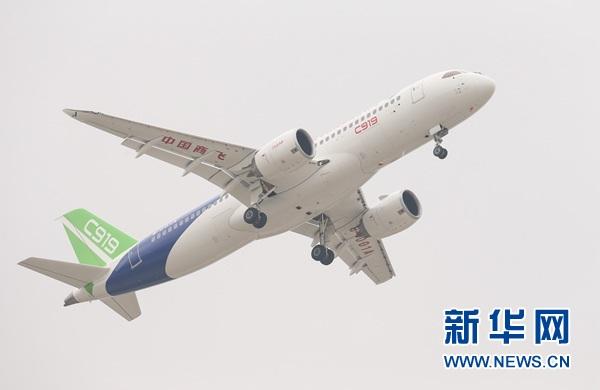5月5日,中国首款国际主流水准的干线客机C919在上海浦东国际机场首飞。图片来源:新华社
