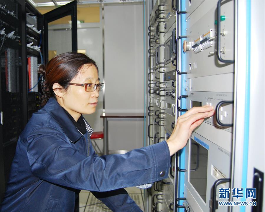 王淑芳在交通运输部机房工作(2014年2月26日摄)。新华社发(资料照片)