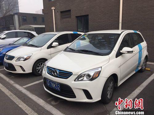 多辆共享汽车停靠在路边。中新网 吴涛 摄