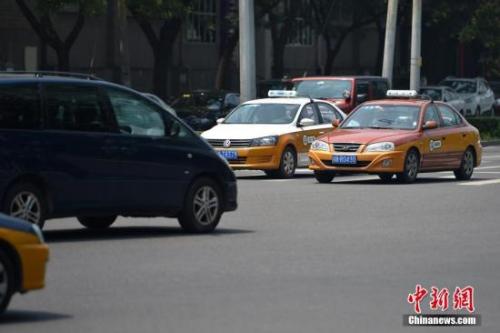 资料图:行驶在路上的传统出租车。中新网记者 金硕 摄