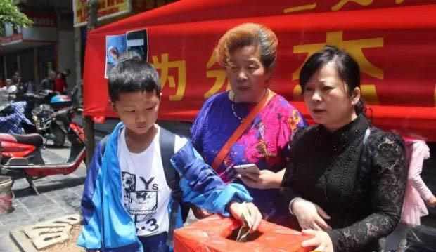 市民捐款现场。图片来源:昭阳新闻网