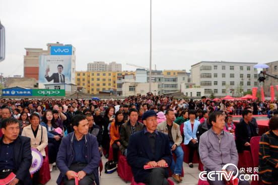 """不大的广场上有不少""""围观""""群众"""