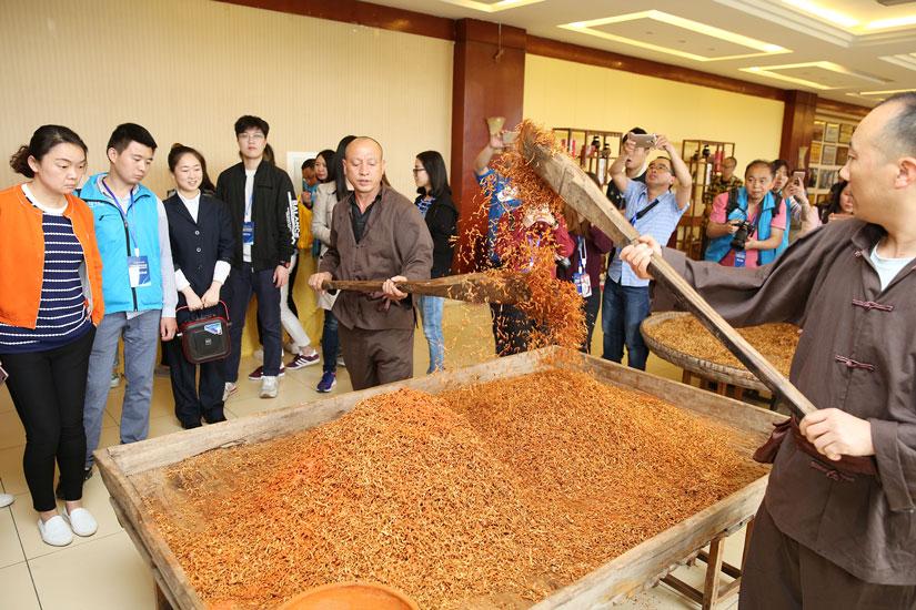 百家网络媒体记者观看涪陵榨菜传统制作技艺风采。华龙网记者-刘嵩-摄