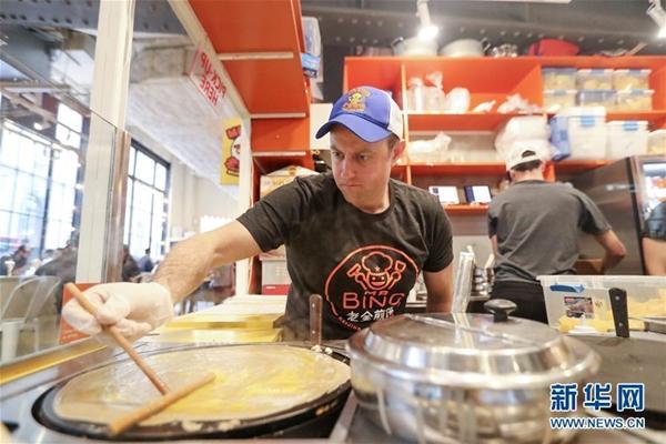 شاب أمريكي يبيع الخبز المرقوق الصيني في نيويورك