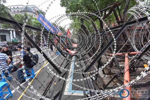 """蔡当局设蛇龙、拒马围堵抗议民众。(图片来源:台湾""""东森新闻云"""")"""