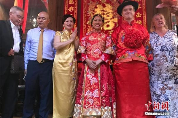 زوجان يحتفلان بزفافهما وسط عبق التاريخ
