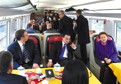 国务院总理李克强邀请来华出席第四次中国-中东欧国家领导人会晤的中东欧国家领导人共同乘坐中国高铁