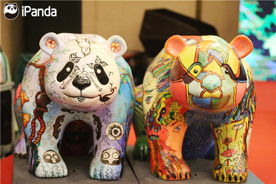 会议现场的彩绘熊猫