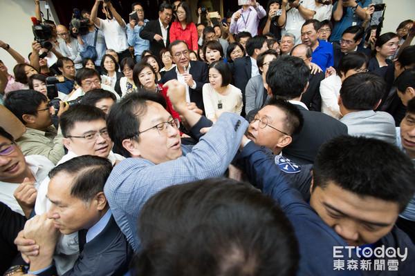 """国民党抗议蔡当局前瞻计划,爆发冲突。(图片来源:台湾""""东森新闻云"""")"""