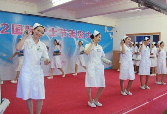 图为护士礼仪表演。