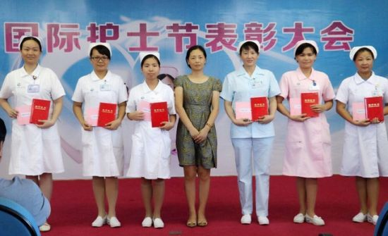 海南省第三人民医院林玲副院长为护理新技术、新项目评比获奖者颁奖并合影留念。