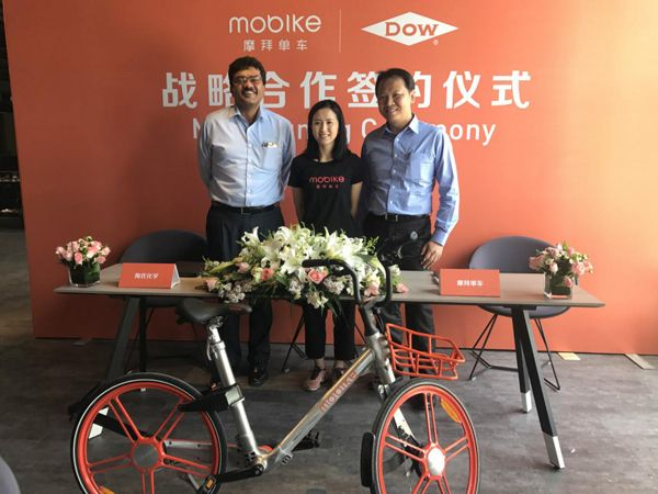 Hu Weiwei (M), founder of Mobike, at the signing ceremony between Mobike and the American DOW Chemical Company