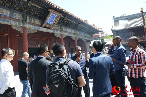 الصحفيون الصينيون والأجانب يزورون مسجد نيوجيه ومعبد لاما