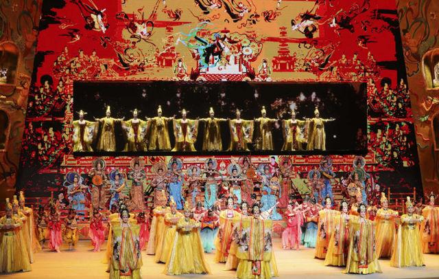 """5月14日晚,""""一带一路""""国际合作高峰论坛文艺演出《千年之约》在北京国家大剧院举行。这是演员在表演节目《千年之约》。 新华社记者 庞兴雷 摄"""