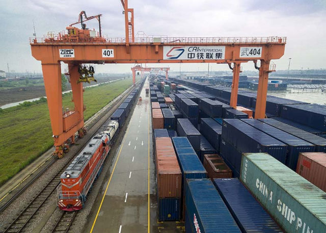 5月11日,开往德国汉堡的中欧(武汉)班列从武汉铁路集装箱中心站驶出。新华社发(熊琦摄)