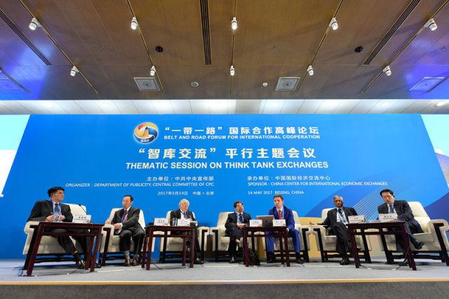 """5月14日,""""一带一路""""国际合作高峰论坛高级别会议在北京国家会议中心举行""""智库交流""""平行主题会议。这是嘉宾就""""一带一路""""促进全球经济强劲、平衡、包容、可持续发展议题展开讨论。新华社记者 翁忻旸 摄"""