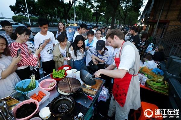 روسي يبيع طبقا صينيا شهيرا ويلقى إقبالا واسعا في مدينة هانغتشو