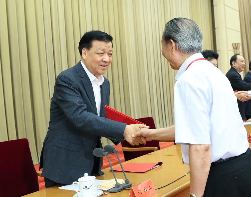 5月17日,中宣部在北京召开构建中国特色哲学社会科学工作座谈会暨2017年度国家社科基金项目评审工作会议。中共中央政治局常委、中央书记处书记刘云山出席会议并讲话。这是刘云山为2016年度《国家哲学社会科学成果文库》入选作品作者代表颁发荣誉证书。