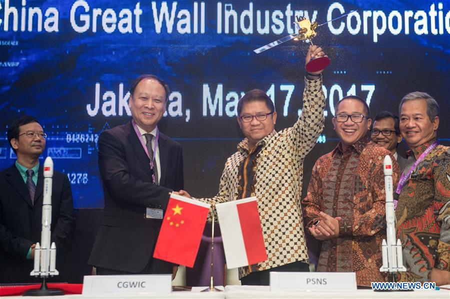 Vice President of China Aerospace Science & Technology Corporation Yang Baohua (L, front) gives a satellite model to Indonesian Informatics and Communications Minister Rudiantara (R, front) in Jakarta, Indonesia, May 17, 2017. Senior officials of Chinese firm China Great Wall Industry Corporation (CGWIC) and Indonesian firm Palapa Satelit Nusa Sejahtera (PSNS) Wednesday signed a purchase contract for the latter