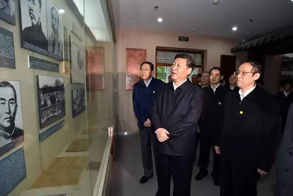 图为2016年4月24日,习近平参观金寨县革命博物馆。