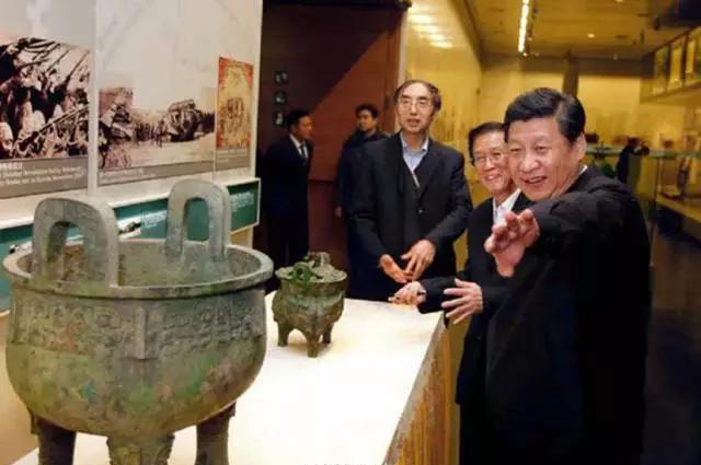 图为2014年2月25日,习近平来到首都博物馆参观北京历史文化展览。