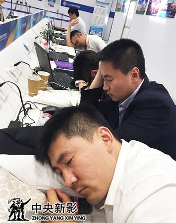 丝瓜成版人性视频app结束上午拍摄工作后在新闻中心休整
