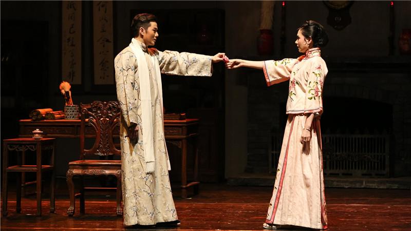 饰演魏莲生和玉春的青年演员余少群与程莉莎将七度聚首,演绎他们相知相爱与共同反抗的故事
