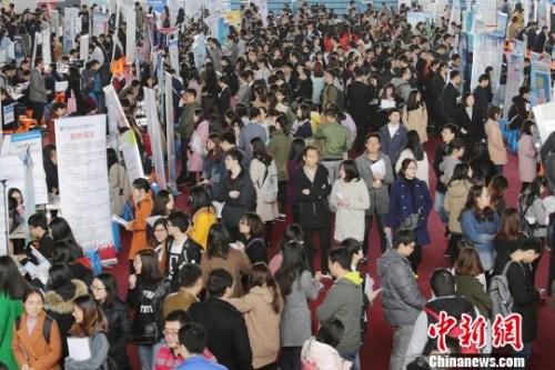 资料图:图为南京一处招聘会现场,大批应届毕业生前来咨询洽谈心仪的工作。崔嘉跃 摄