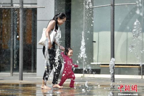 """5月17日,北京开启了高温干热的""""炙烤""""模式。中新网记者 金硕 摄"""