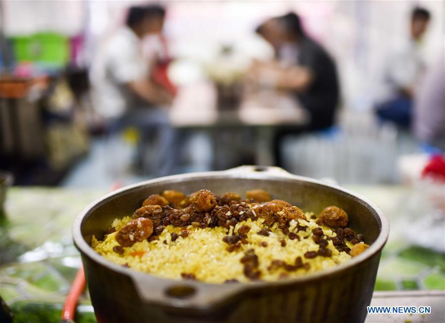 Un bol de riz pilaf, vu sur un marché de nuit au Xinjiang, le 12 mai 2017.
