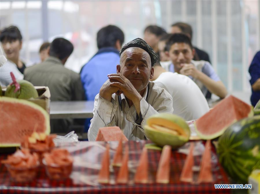 Un vendeur local dans un marché de nuit à Hotan, dans le Xinjiang, le 12 mai 2017.