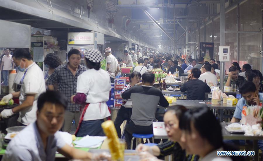 Vue partielle d'un marché nocturne à Hotan, dans le Xinjiang, le 12 mai 2017.