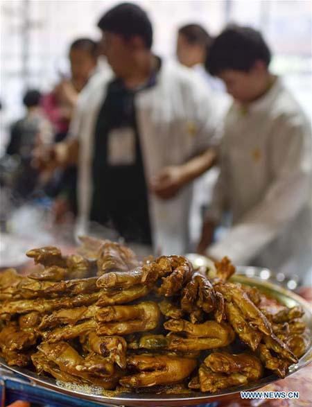 Un plat traditionnel dans un marché de nuit à Hotan, dans la région autonome ouïgoure du Xinjiang (nord-ouest de la Chine), le 12 mai 2017.
