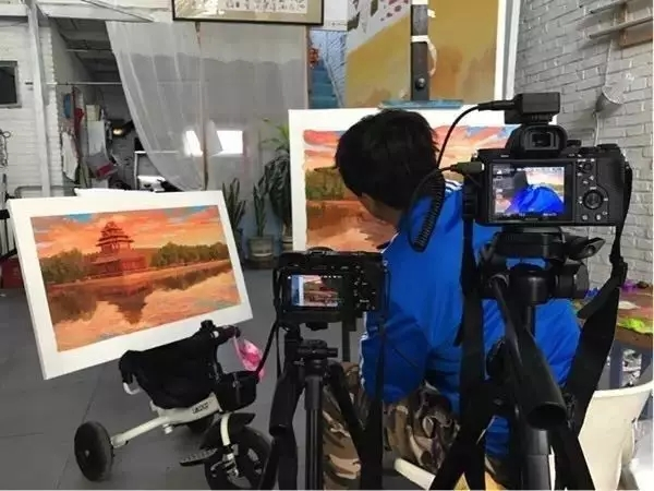 """""""春之故宫""""艺术家绘制作品工作照(上图)"""
