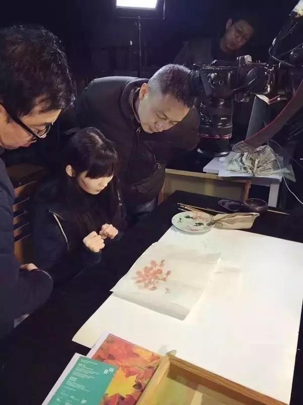 """""""秋之颐和园""""艺术家现场拍摄绘画过程(上图)"""