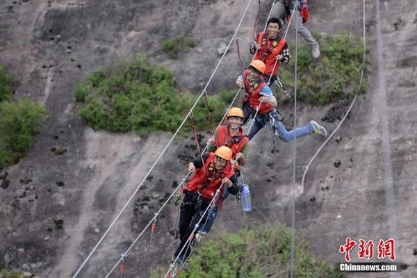 مرشدون سياحيون يعملون في المرتفعات الخطيرة