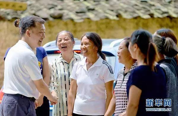 廖俊波(左一)与基层群众交流(2015年6月27日摄)。新华社记者魏培全摄