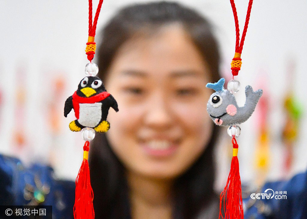 A college student shows her handmade sachets in Zhumeng Community, Bozhou of Anhui Province, May 23, 2017.