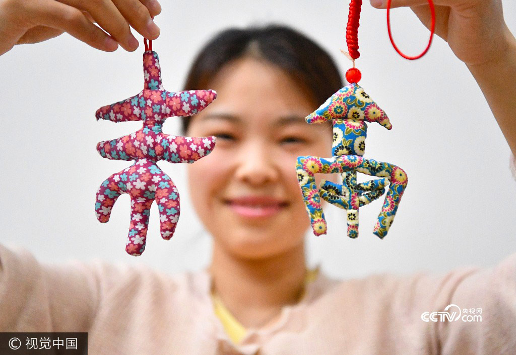 A college student shows her handmade sachets in Zhumeng Community, Bozhou of Anhui Province, May 23, 2017